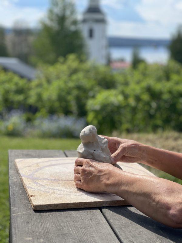 Skapa med lera hos keramikern Gunhild Åkerblom